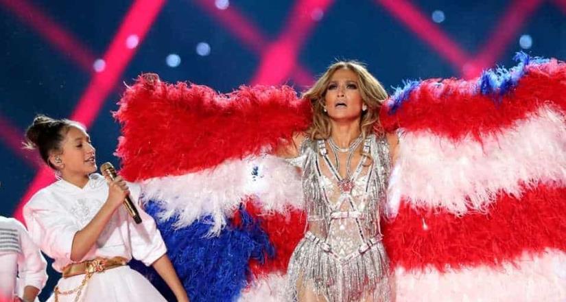 PETA señala a Jennifer López por haber portado una bandera hecha con miles de aves asesinadas.
