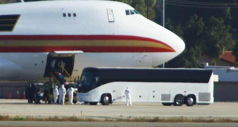 Llega a San Diego segundo avión con estadounidenses evacuados de China