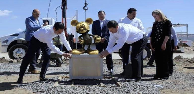 Diario de sátira informa la construcción de Disneyland en Querétaro, usuarios caen en la broma.