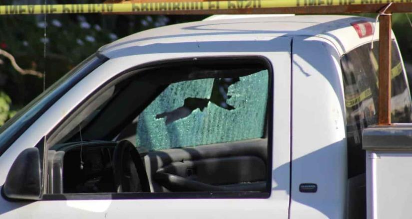 Asesinan a hombre mientras iba a bordo de su vehículo