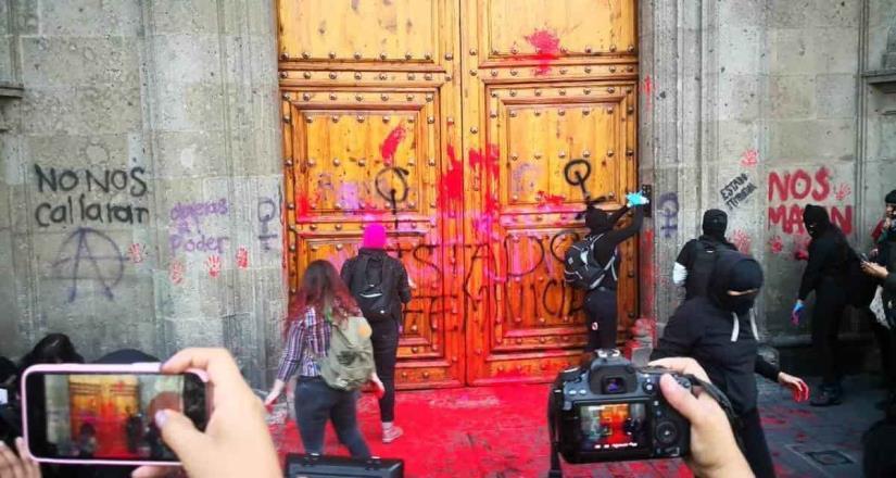 Mujeres protestan fuera del Palacio Nacional