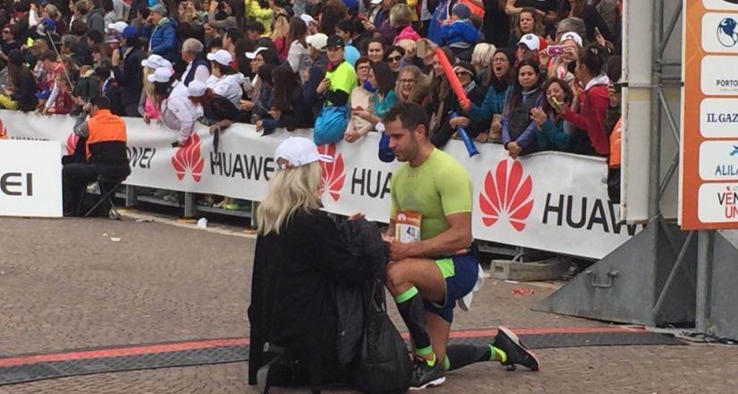 Corredor pide matrimonio a su novia en Medio Maratón de Guadalajara