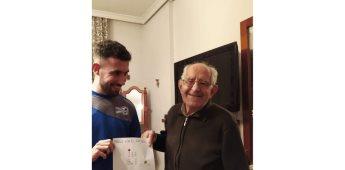 Emotivo gesto de un nieto para que su abuelo vea el futbol