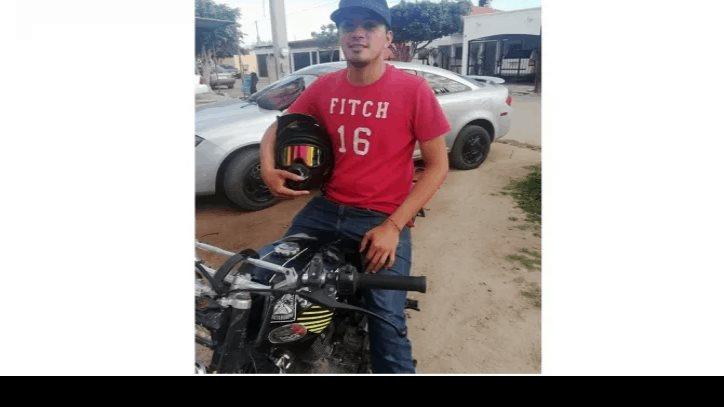 Joven ofrece llevar en moto a personas en peligro y se hace viral