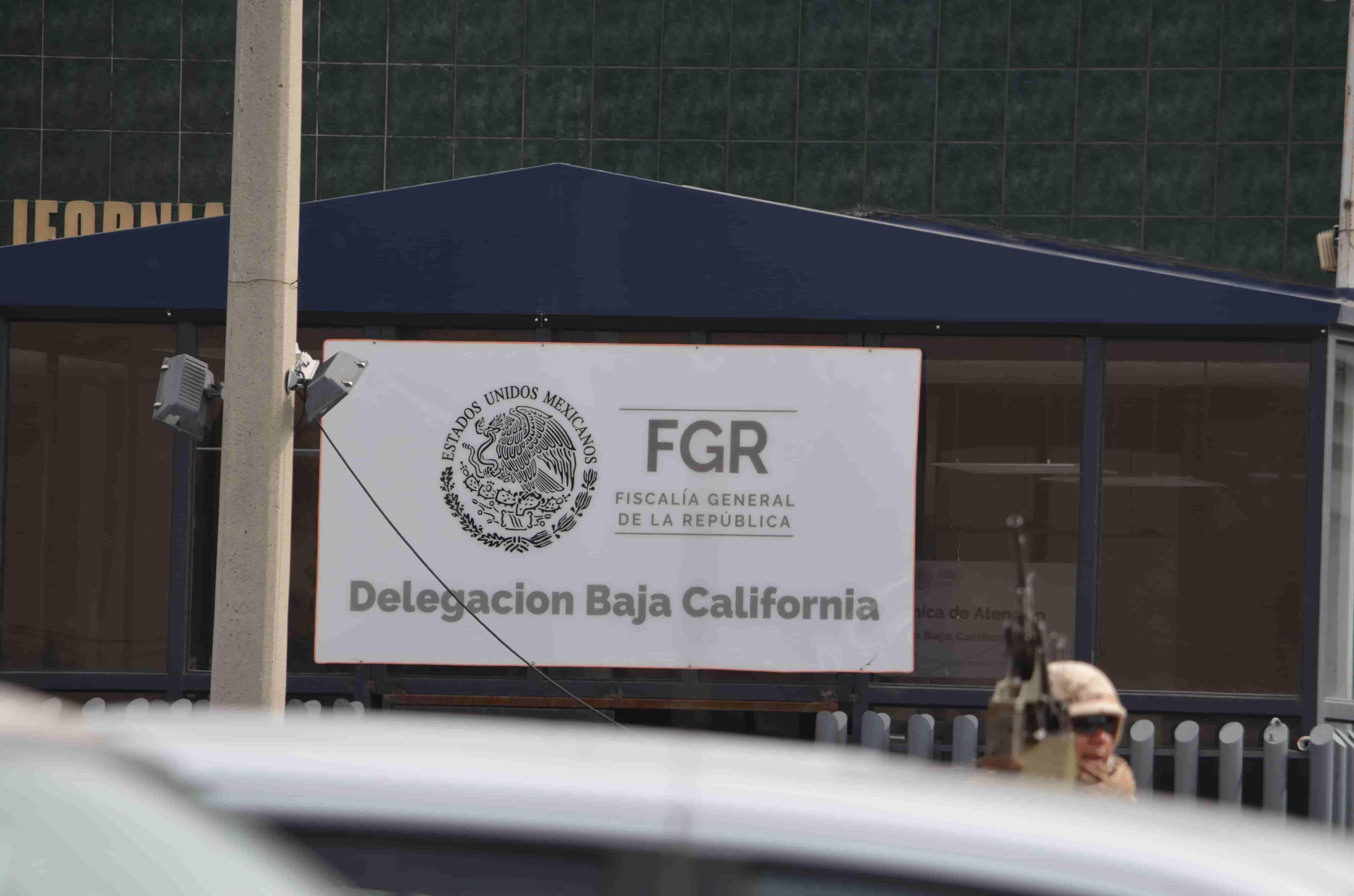 Autoridades resguardan las oficinas de la FGR