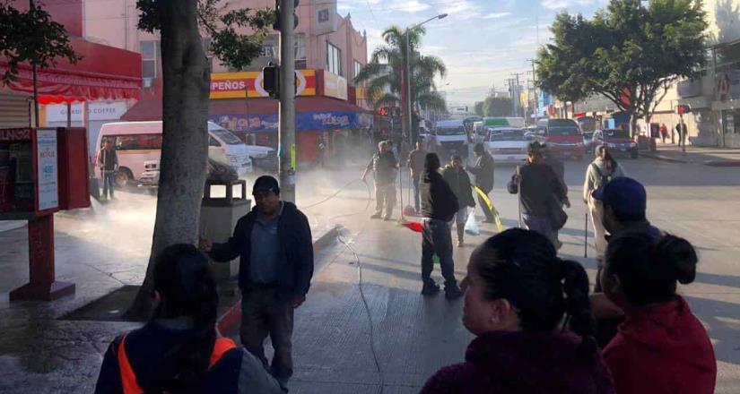 Ambulantes y personal de Reglamentos limpian primer cuadro de la ciudad