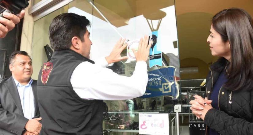 Encabezó Ayala entrega de distintivos sobre la calle Primera