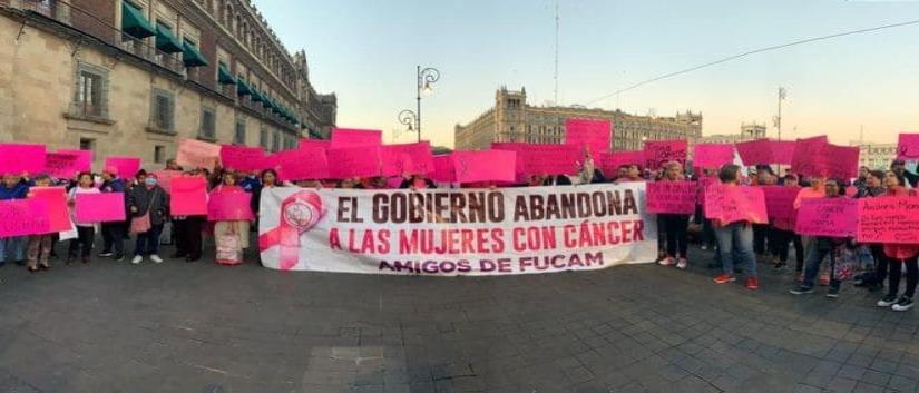 Mujeres con cáncer protestan afuera de Palacio Nacional
