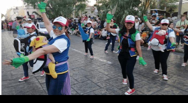 Mamás desfilan como entrenadoras Pokémon en Carnaval de Mérida