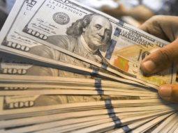 Dólar al mayoreo con repunte de 67 centavos y supera los 24 pesos
