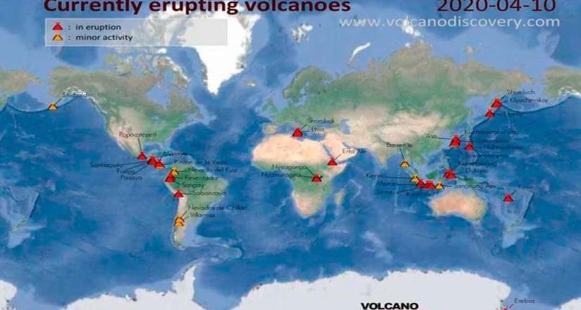 Hace erupción el volcán Krakatoa en Indonesia