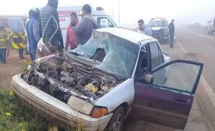 Choca un vehículo contra un camión de jornaleros