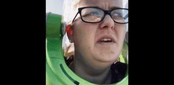 Señora con casco de Buzz Lightyear en el súper, se vuelve viral
