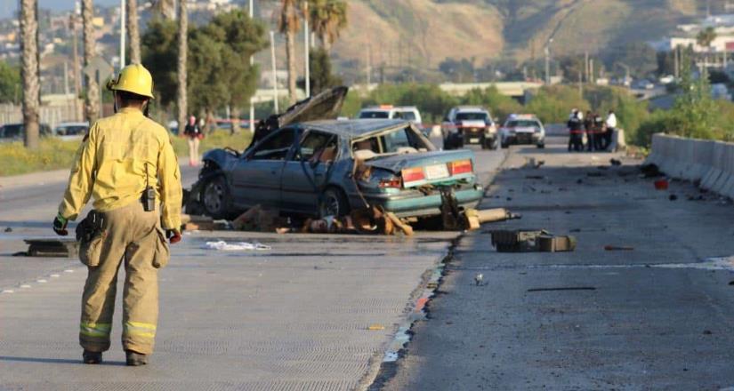 Muere mujer al impactarse su su vehículo en la vía rápida Oriente