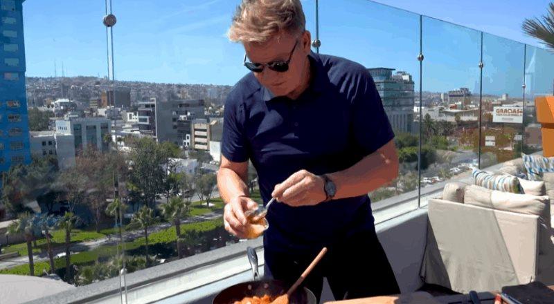 Gordon Ramsay aparece en Tijuana cocinando una Torta de Chorizo