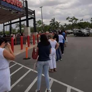 Largas filas para comprar pastel por el Día de las Madres en Costco