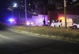 Atacan con arma de fuego a persona dentro de un vehículo