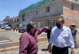 Alcalde de Tijuana supervisa obras de bacheo en la colonia Valle Verde
