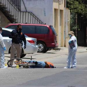 Asesinan a hombre mientras iba en su bicicleta