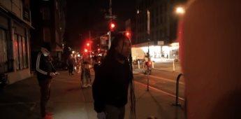 Mujer afroamericana muestra su molestia ante saqueadores en Nueva York