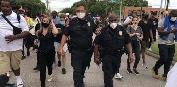 Jefe de policía en Houston se une a las manifestaciones en contra del racismo