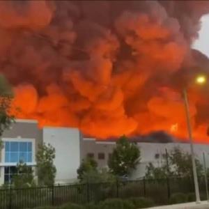 Se queman bodegas de distribución de Amazon en Los Angeles