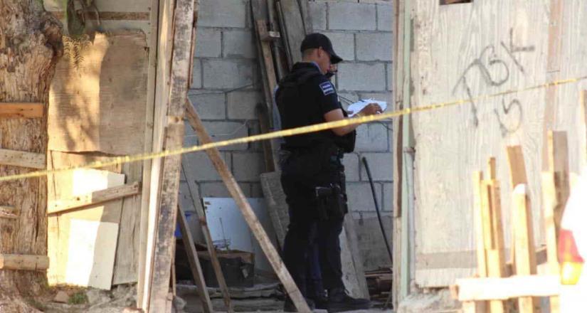 Hombre es asesinado en el patio de un domicilio