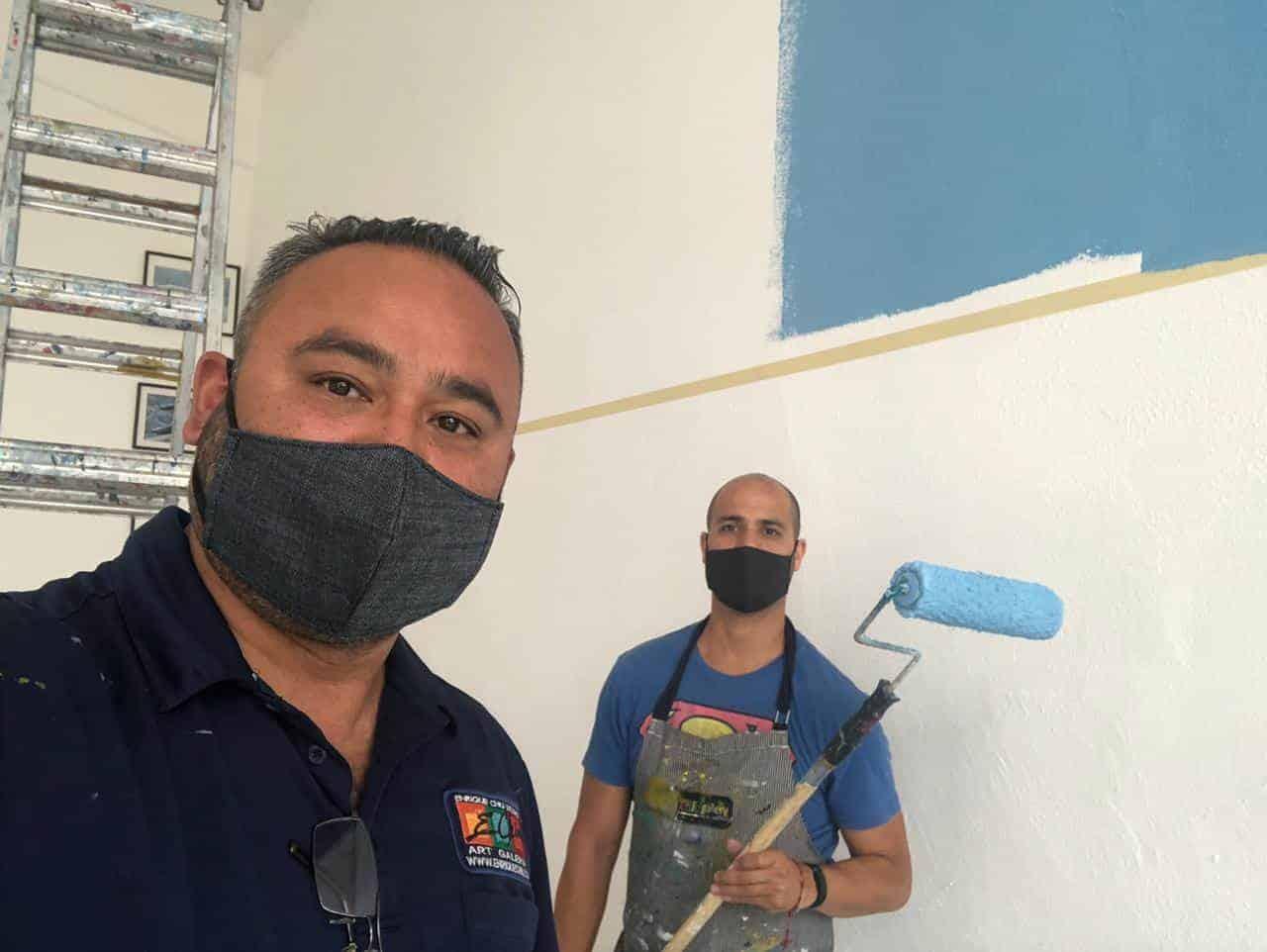 El artista Enrique Chiu se encuentra pintando mural en las instalaciones de la Fuerza Aérea Mexicana
