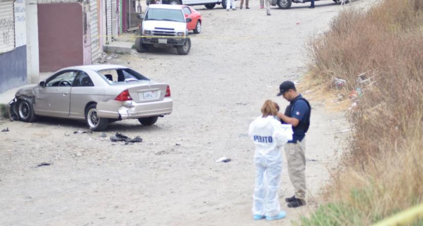 Atacan a mujer a bordo de su vehículo con arma de fuego