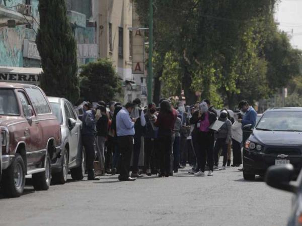 Reportan derrumbe de dos bardas en colonia Roma