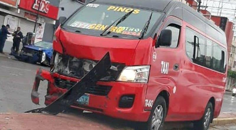 Luego de las lluvias de hoy, taxi se impacta con vehículo particular en bulevar Díaz Ordaz