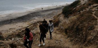Retiran policías municipales a grupo de personas por ingresar a la playa