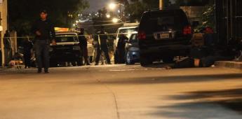 Atacan a balazos a un joven frente a un domicilio