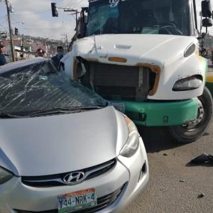 Camión de transporte pierde el control e impacta con un automóvil