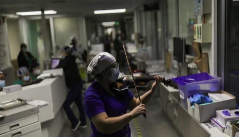 Enfermera chilena toca el violín para tranquilizar a pacientes con Covid-19