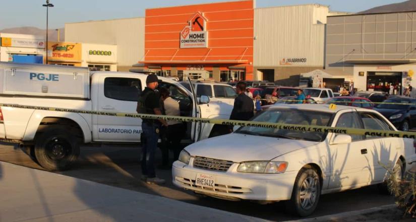 Encuentran cuerpo de joven dentro de su auto frente a tienda comercial