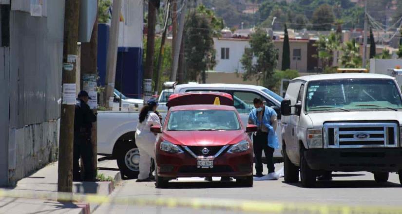 Encuentran cuerpo dentro de un vehículo