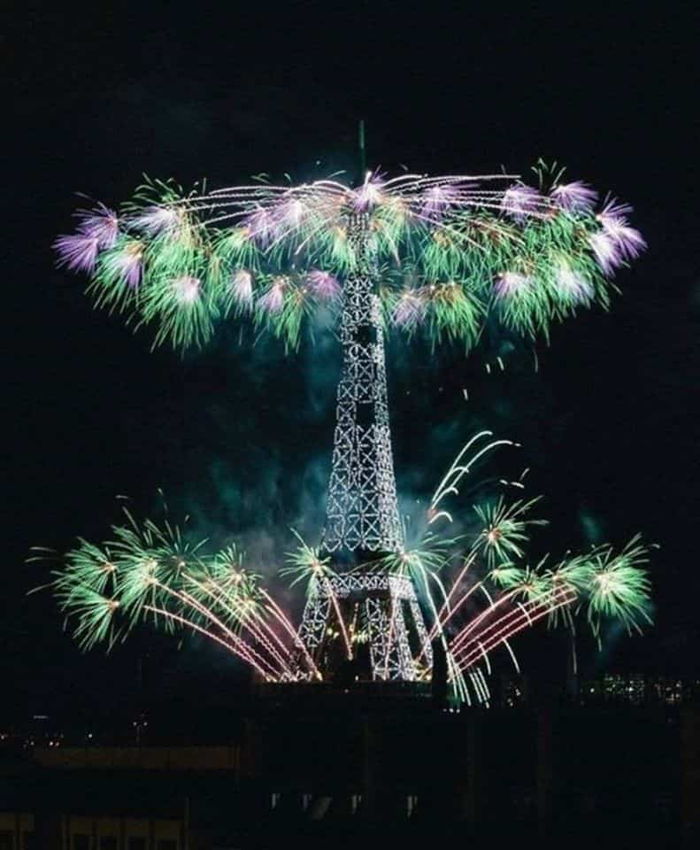 Fuegos artificiales desde la Torre Eiffel por el Día de la fiesta nacional Francesa