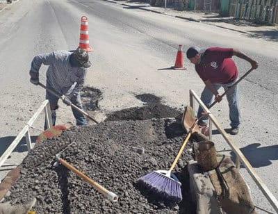 Realiza obras públicas tapado de baches en colonia Luis Echeverría Álvarez