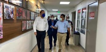 Visitan presidente municipal y secretario de seguridad al oficial Saenz en el hospital