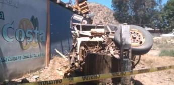 Vuelca tráiler en El Rosario, murió el conductor