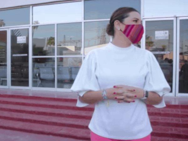 La presidente municipal de Mexicali, Marina del Pilar Ávila, hace entrega de donaciones