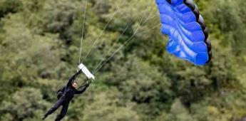 Tom Cruise salta en moto y cae en paracaídas para Misión Imposible 7
