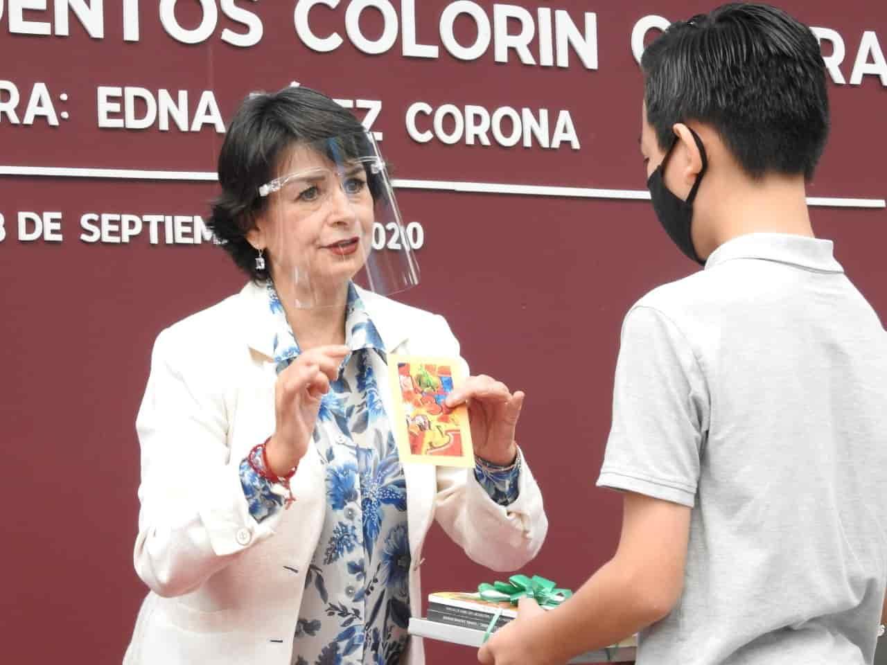 Regidora Edna Pérez premia a ganadores del concurso Antología de cuentos Colorín Colorado