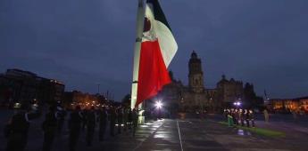 AMLO iza bandera a media asta por víctimas de los sismos del 19-sep