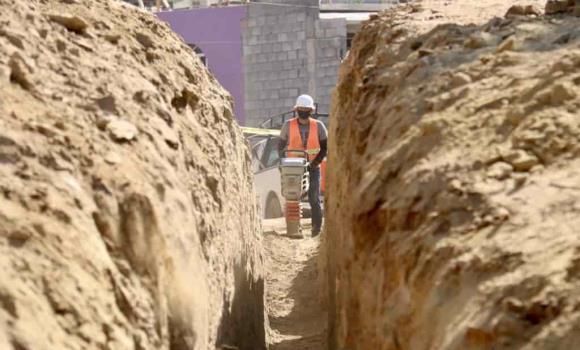 Instala municipio drenaje sanitario en calle Oxbell- Ha de la colonia Brisa Marina