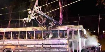 Choca camión de pasajeros con poste y explota