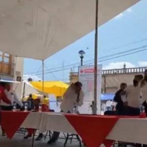 Lanzan huevos y tomates a Fernández Noroña en evento en Hidalgo