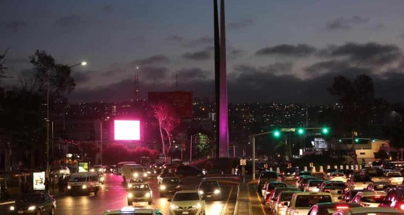 Alcaldesa de Tijuana ilumina de rosa el monumento México