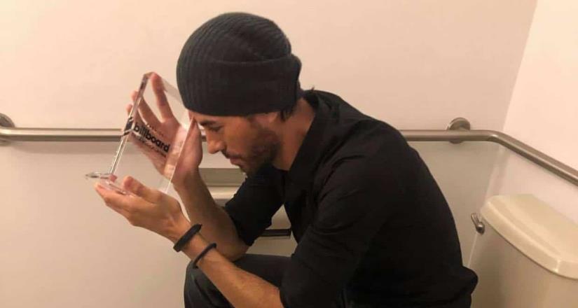 Critican a Enrique Iglesias por posar en el excusado con su Billboard